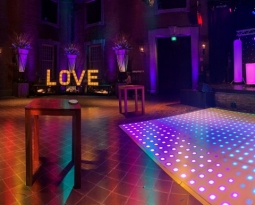 Filmopnames Fort Sint Gertrudis met DJ meubel, verlichte dansvloer, accu led spots, sterrendoek, confettikanon, movingheads, hazer, zuilen,love letters
